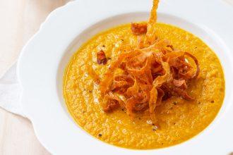 Vellutata di carote e bucce fritte: la ricetta antispreco