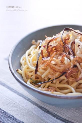 Melanzane fritte su spaghetti speziati