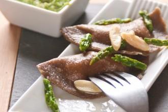 Ravioli di baccalà con salsa di asparagi e mandorle