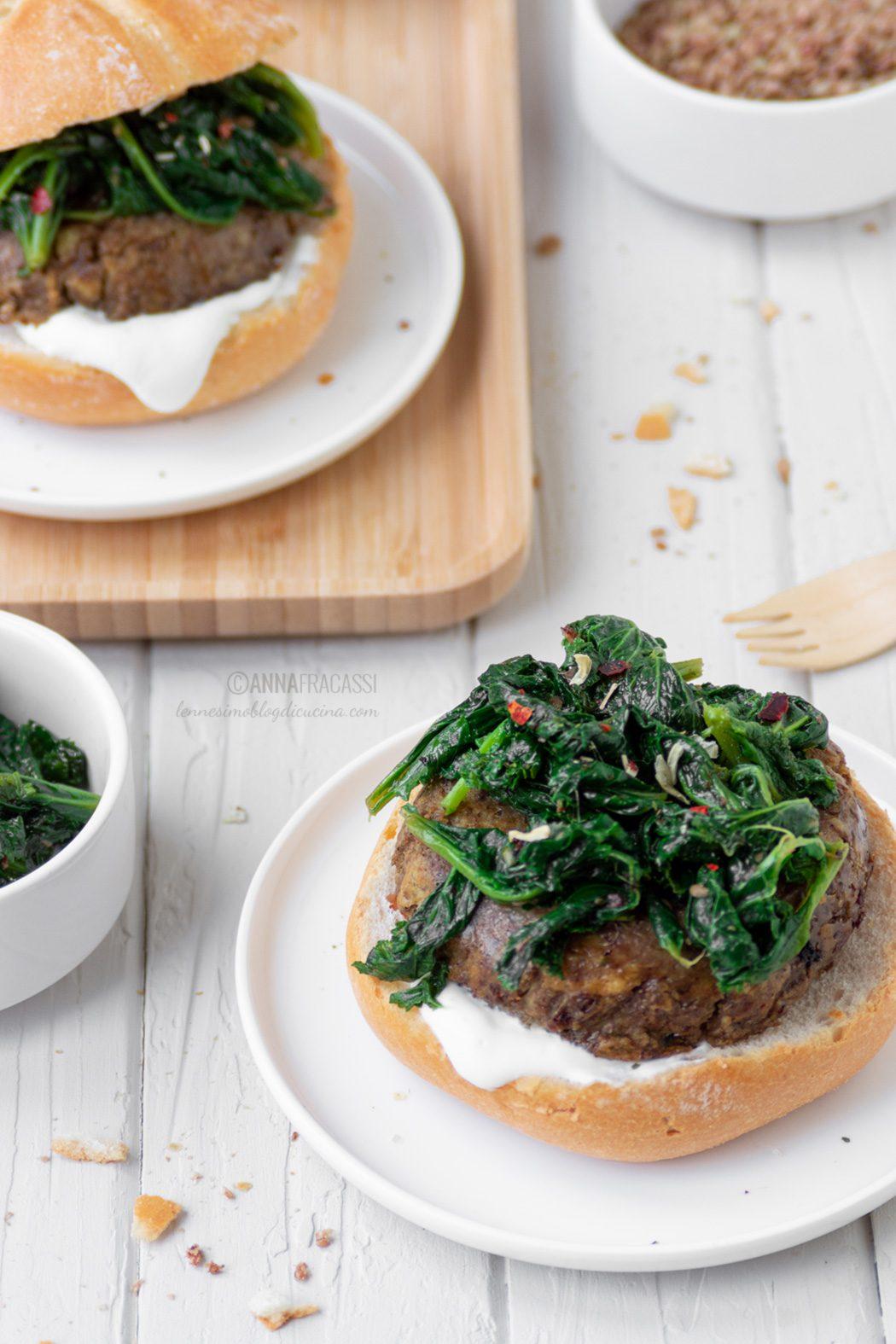 Veggie burger di lenticchie con cime di rapa e yogurt greco