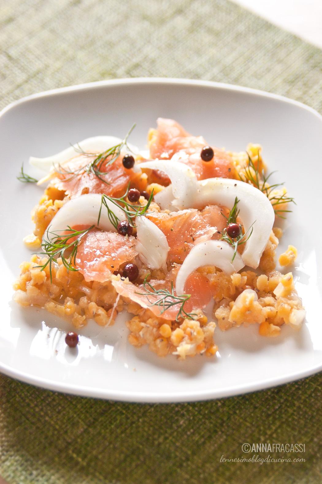 Insalata invernale di lenticchie rosse, finocchio e salmone