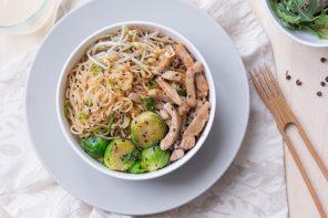 yakisoba - noodles con lonza di maiale e cavolini di Bruxelles