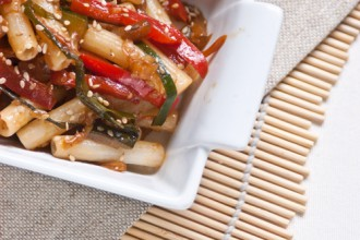 Un'altra ricetta di ispirazione nipponica per questi sedanini di riso, saltati al wok con verdure di stagione, salsa di soia e sesamo.