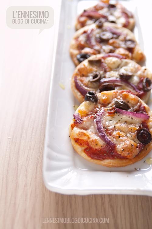 Pizzette gustose con cipolla rossa e olive nere