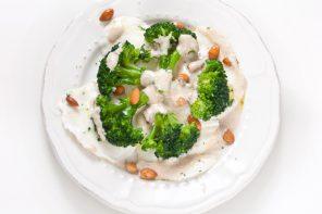 Carpaccio di mozzarella con broccoli e panna alle acciughe