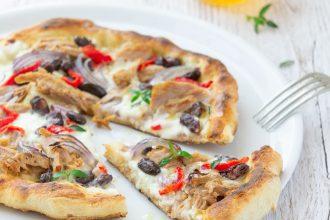 Pizza tonno e cipolle, fagioli rossi e stracchino