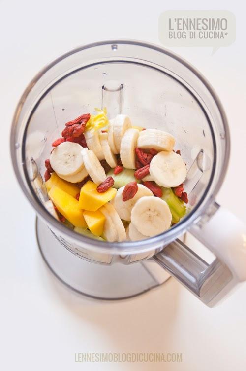 Smoothie di banana, mango, sedano e bacche di Goji