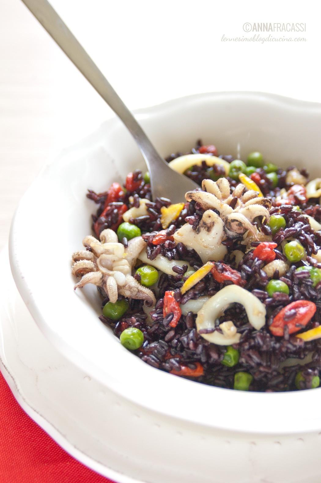Insalata di riso venere con seppie, pisellini e bacche di Goji