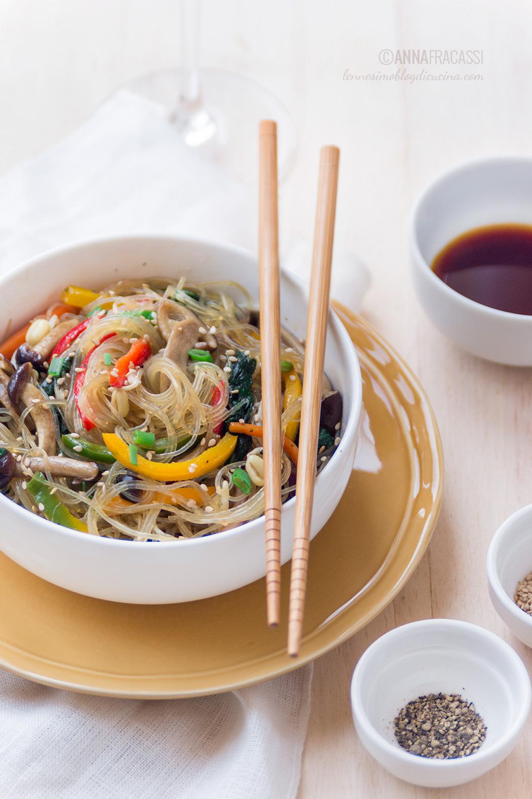 Japchae la ricetta dei noodles coreani al salto for Cucinare noodles