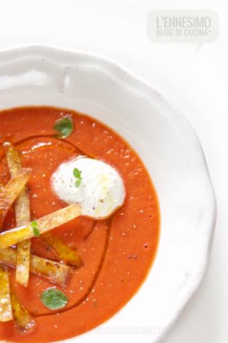 Sopa de tortillas: zuppa di pomodoro e tortillas di mais croccanti