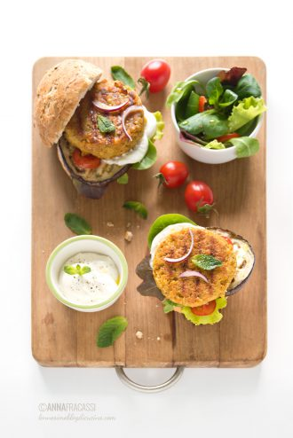 Veggie Burger di lenticchie rosse con melanzane grigliate, pomodorini e menta