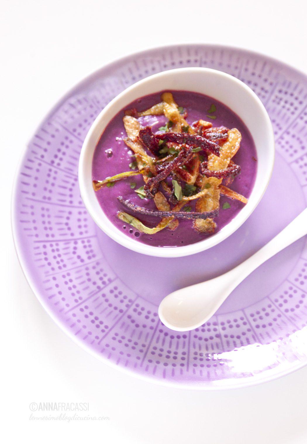 bucce fritte su vellutata di carote viola