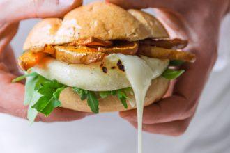 Burger di zucca con rucola e tomino