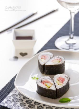 Hosomaki al salmone e avocado: sushi del cuore