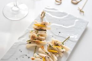 Spiedini di branzino e pasta di riso al limone e polvere di alga nori