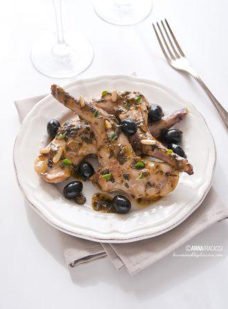 Coniglio alla ligure con olive nere, capperi e pinoli