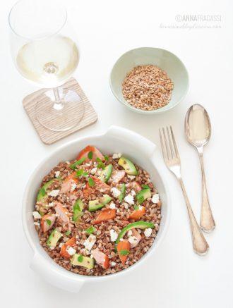Insalata di farro con salmone, feta e avocado