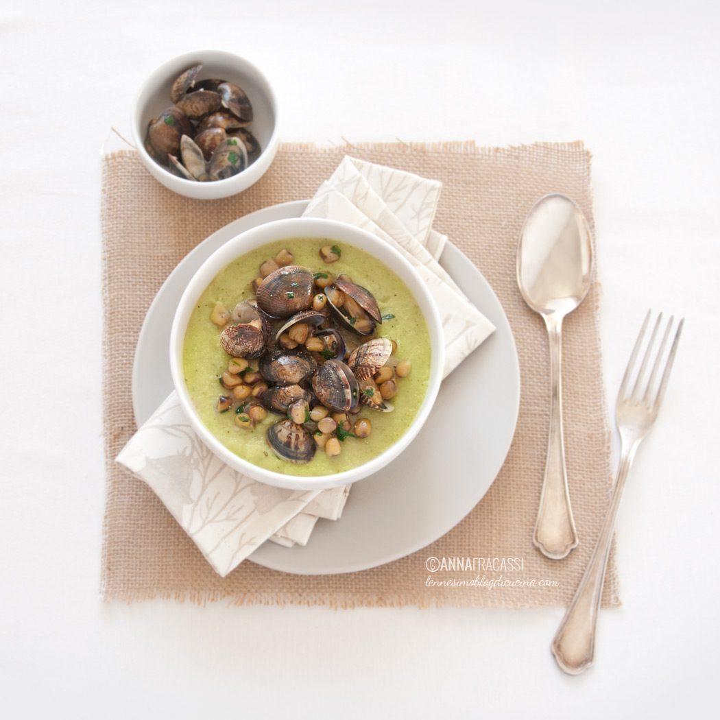 Zuppa di vongole e cicerchie su vellutata di sedano rapa