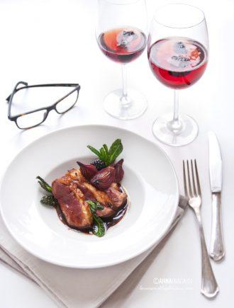 Petto d'anatra al vermouth rosso con cipolle caramellate, cavolo nero croccante e more