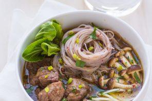 Noodles alla cantonese con manzo brasato e verdure di stagione
