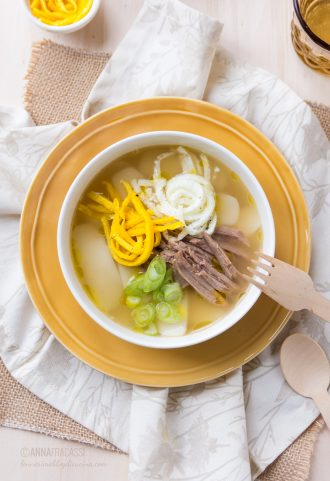 Tteokguk: la ricetta coreana della zuppa di gnocchi di riso in brodo di carne