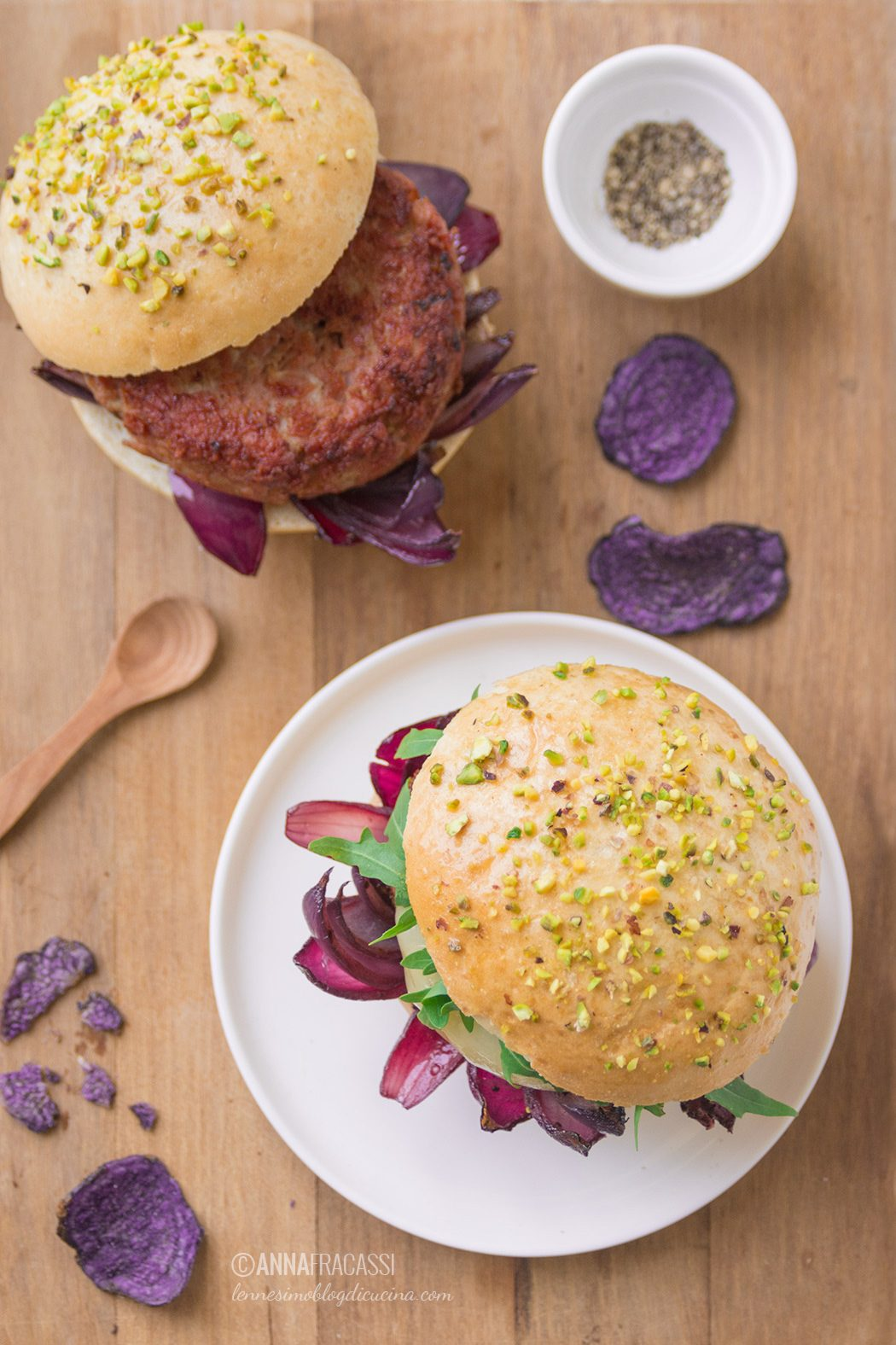 Mortadella burger con cipolle caramellate e provola filante