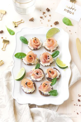 Roselline di pesce spada su pane nero