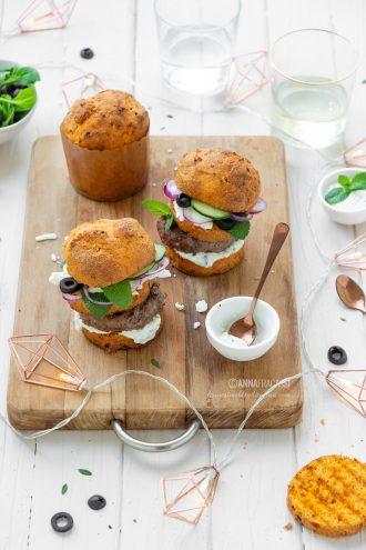 Mini burger alla greca con panettoncini salati, feta e salsa tzatziki