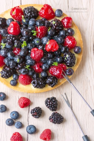 Crostata di frutta con lamponi, more e mirtilli