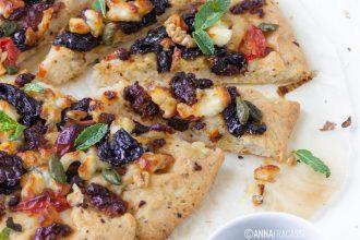 Pizza bianca con feta, prugne, noci e menta