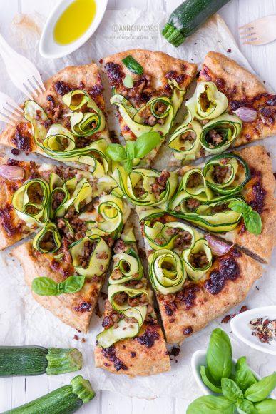 Pizza alle zucchine, primosale e salsiccia