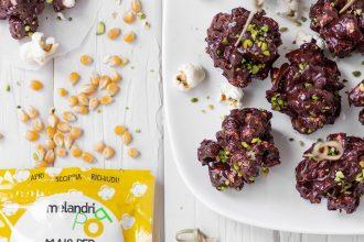 Cake pops ai pop corn ricoperti di cioccolato fondente e pistacchi