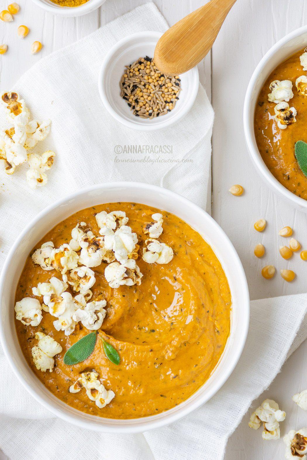 Curry di patate dolci con crumble di pop corn alle spezie indiane