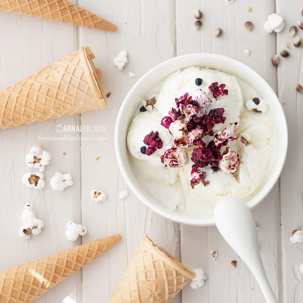 Gelato al cioccolato bianco con pop corn in confettura di more e mirtilli