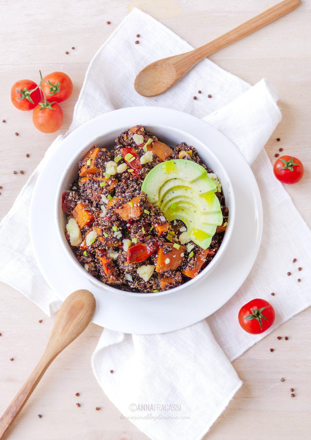 Bowl di quinoa con avocado e patate dolci