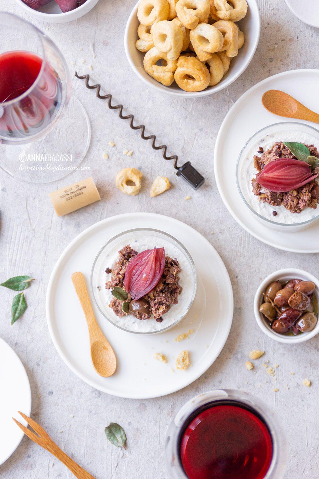 Mini cheesecake di ricotta con olive, cipolle in agrodolce e taralli