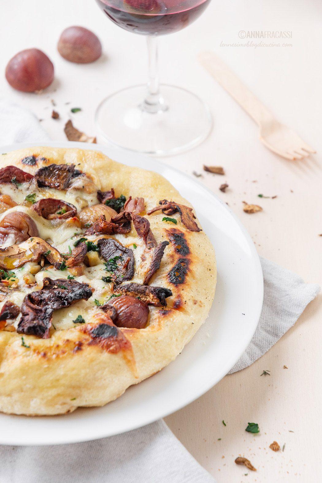 Pizza ai funghi porcini, castagne e scamorza