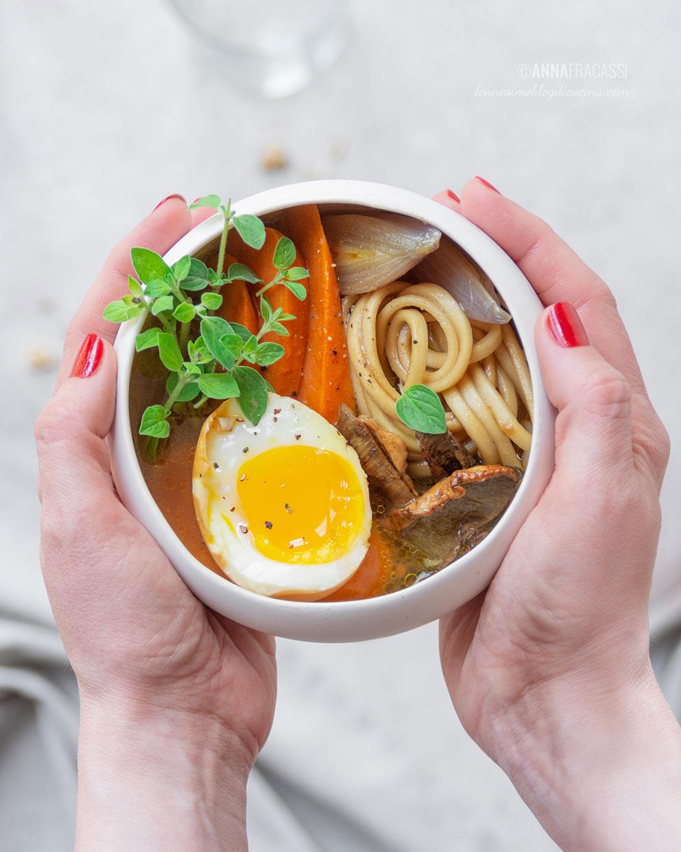Ramen vegetariano con uovo marinato e patate dolci